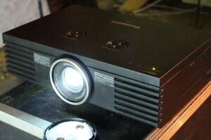 Panasonic PT-AE4000E Full-Hd Home Cinema Projector 100000:1 Lensshift 336h