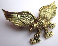 Belle broche couleur or aigle finement travaillé en relief bijou vintage 2299