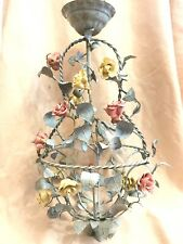 antico lampadario con rose di porcellana