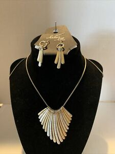 """Amber's Allie 30"""" Silver and gold plated Neckless with Matching Earrings"""