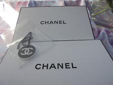 Chanel Geschenkbox 22,5 x 14 x 7 cm + Siegelpapier + Chanel Umschlag + Anhänger