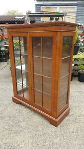 QUALITY MAHOGANY 2 DOOR DISPLAY CABINET