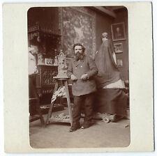 Photo vers 1900  - un sculpteur pose devant sa sculpture - atelier sculptor