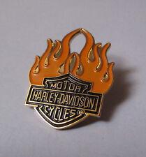 pin's Harley Davidson / motor cycles - logo flammes (hauteur: 3,2 cm)