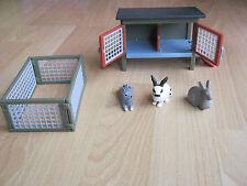 Schleich Kaninchenstall mit Auslaufgehege und drei Kaninchen
