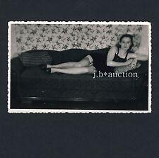 YOUNG WOMAN w SHORT SKIRT n GARTERS / JUNGE FRAU m KURZEM ROCK * Vintage 30s