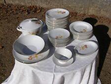 Ancien service vaisselle en porcelaine, 41 pièces