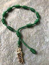 Pulsera de nudo ajustable verde hecha a mano con San Judas Tadeo oro laminado