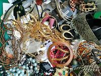 50 Teile Modeschmuck Konvolut Restposten Halsketten Ohrringe Armreifen Ringe ua.