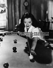 Raro Bette Davis Candid Foto Playing Piscina Taco Pocket Billiards Tabla Billar