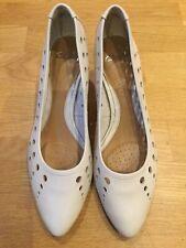 Ladies Clarks Soft Wear White Leather Slip On Court Shoes Size 5.5 EU 39D Heels