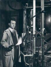 1940 Press Photo Technician With Blowtorch Radon Emanation Plant Memorial HSP