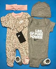 Nike Jordan Bebés Niñas 4-pc Conjunto de Regalo: Mono, Traje, Tapa & Botines. 0-6 M