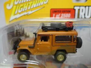 Johnny Lightning 1980 TOYOTA LAND CRUISER Dirty Brown '80 w/RR & Open TRAILER