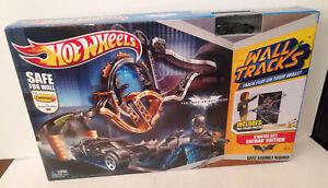 Hot Wheels Wall Tracks Starter Set Batman Edition w/ Poster NEW