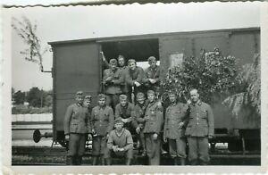 Photo allemande guerre WW2 -- Soldats de la Heer devant un wagon en France