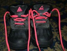 UC Girls  NIKE ACG Woodside Chukka boots black/hot pink 8C