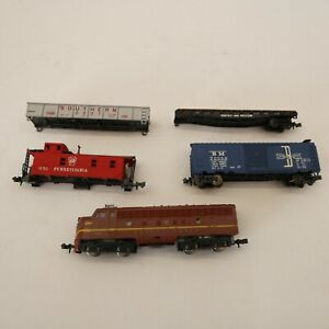 TRIX N scale locomotive Pennsylvania made in W Germany w/ cars