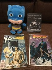 "DC Comics Batman Bundle - 9"" Morbido Peluche, Cavaliere Oscuro Sorge Steelbook DVD, Comics"