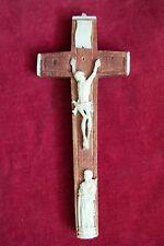 seltenes Reliquienkreuz mit Figuren aus Bein