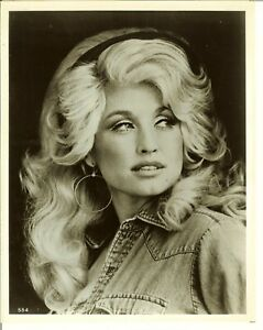 DOLLY PARTON SINGER-SONGWRITER - 8X10 Black and White Celebrity PHOTO