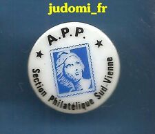 Pin's pin TIMBRE PHILATHELIE A.P.P Section SUD-VIENNE (ref 035)