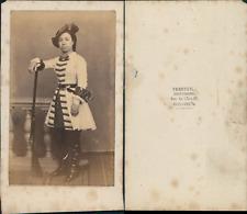 Verneuil, Boulogne, actrice en costume militaire avec un fusil, à identifier Vin