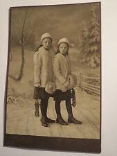 Freiberg i. S. - 2 Mädchen - Winter-Kleidung Muff Mütze - mit Skibindung ? / KAB
