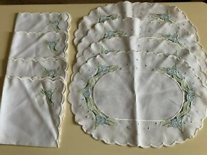 Set of 4 white linen blend place mats and matching napkins