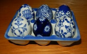 6 BLUE/WHITE CERAMIC EGGS WITH CERAMIC EGG BOX