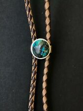 WESTERN STYLE BOLO TIE IN GREAT CONDITION WITH GOLD TONE AND 4.6 CARAT TURQUOISE