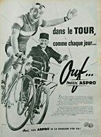 PUBLICITÉ DE PRESSE 1957 ASPRO DANS LE TOUR COMME CHAQUE JOUR - VÉLO FACTEUR