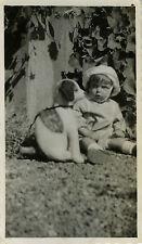 PHOTO ANCIENNE - VINTAGE SNAPSHOT - ENFANT JOUET CHIEN PELUCHE DÔLE - TOY DOG
