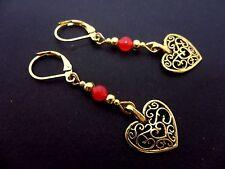 Un Par de Color Dorado Corazón Y Rojo Jade grano Criolla Gancho Pendientes. nuevo.