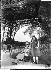 Portrait famille sous la Tour Eiffel Paris - négatif photo ancien verre an. 1920