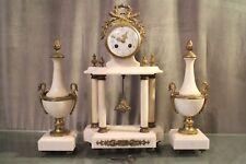 Pendule portique marbre blanc bronze paire cassolettes col de cygne Louis 16