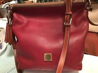EUC Dooney Bourke Dixon Pebbled Leather Hobo Sac Crossbody Bag Cranberry Red