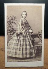 stehendes Mädchen - junge Frau im Reifrock - Kulisse - ca. 1860/70er Jahre / CDV