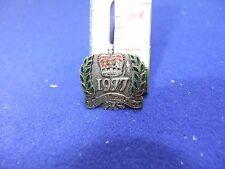 vtg badge ER Elizabeth II 1977 queens silver jubilee trust souvenir