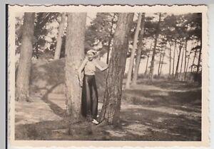 (F17093) Orig. Foto Trassenheide, Frau zwischen Bäumen, Spaziergang 1936