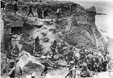 WW2 - Photo - Américains et prisonniers allemands - Pointe du Hoc le 6 juin 44