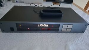 Carver   FM/AM Synthesized Tuner TX-2