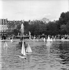 PARIS c. 1955 -Jouets Bateaux à Moteur Parc desTuileries-Négatif 6 x 6 - N6 P116