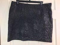 C&C California Sz L Black Textured Floral Stitch  Side Zip Short Pencil Skirt