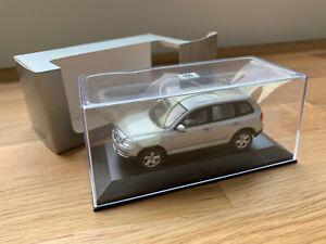 Minichamps VW Tuoareg silber 1:43 mit Acrylvitrine