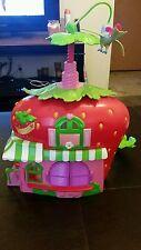 2008 15in strawberry shortcake house cafe w / twirling bird