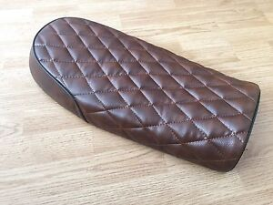 BROWN FLAT CHEQUERED STYLE LEATHER LOOK CAFE RACER SEAT +MULTI FIT BRACKETS *KIT