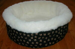 Medium round bed paws/black background
