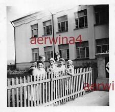 Deutsche Soldaten mit Krankenschwestern am Lazarett Polen