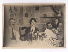 PHOTO 1930 Repas Déjeuner Table Apéritif Réunion de Famille Amis Bouteille Fleur